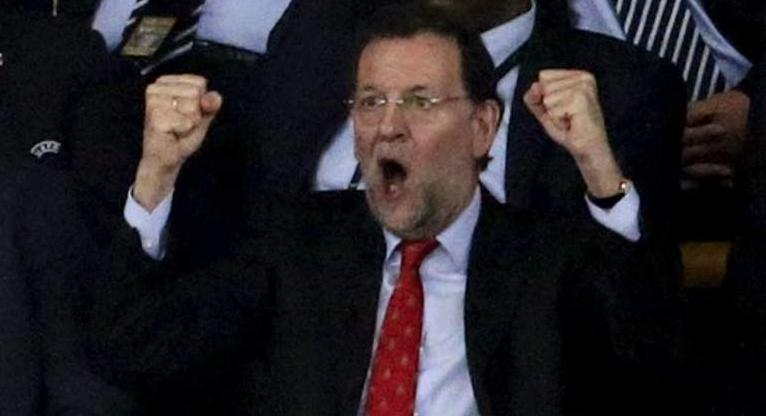 Rajoy celebrando un gol en el palco del Santiago Bernabéu.