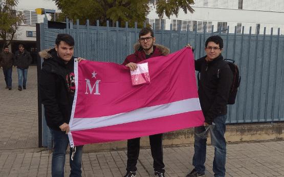 Seguidores de Moderdonia dejando constancia de su presencia en Sevilla Este, un inhóspito barrio de Sevilla