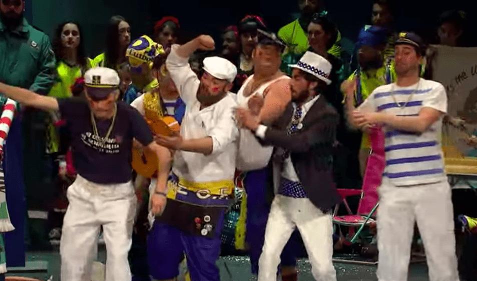 Actuación de la chirigota 'Cai de mi arma 7,20' en la final del Carnaval de Cádiz.