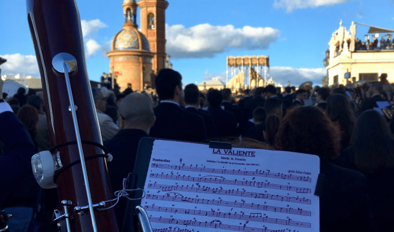 La Oliva de Salteras acompaña con su música a numerosas hermandades de la Semana Santa de Sevilla. Fuente: Twitter @OlivaSalteras