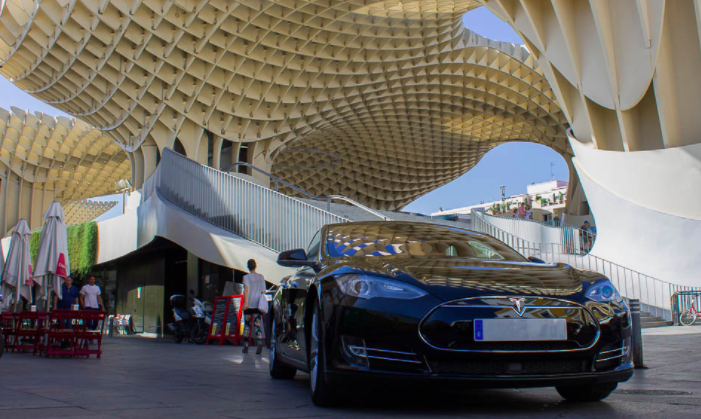Un Tesla modelo S circulando por las calles del centro de Sevilla