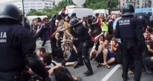 Brutales cargas policiales de los Mossos en la plaza de Catalunya en 2011