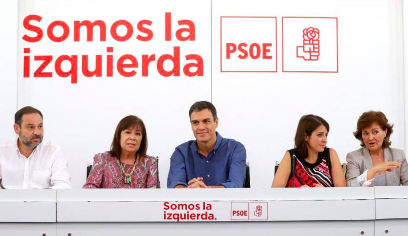 Pedro Sánchez rodeado de la cúpula del PSOE en Ferraz