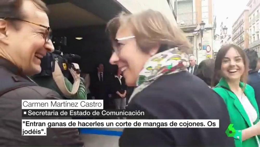 Carmen Martínez Castro quitándose la careta