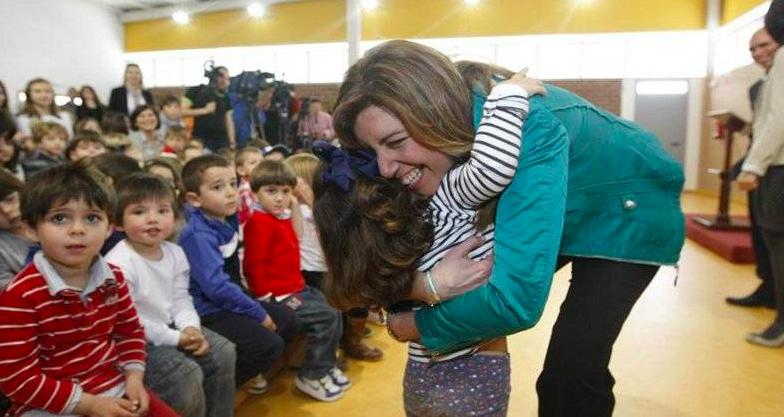Susana Díaz en un colegio andaluz abrazando a niños mientras que las armas fabricadas en Andalucía están matando a otros niños en Yemen