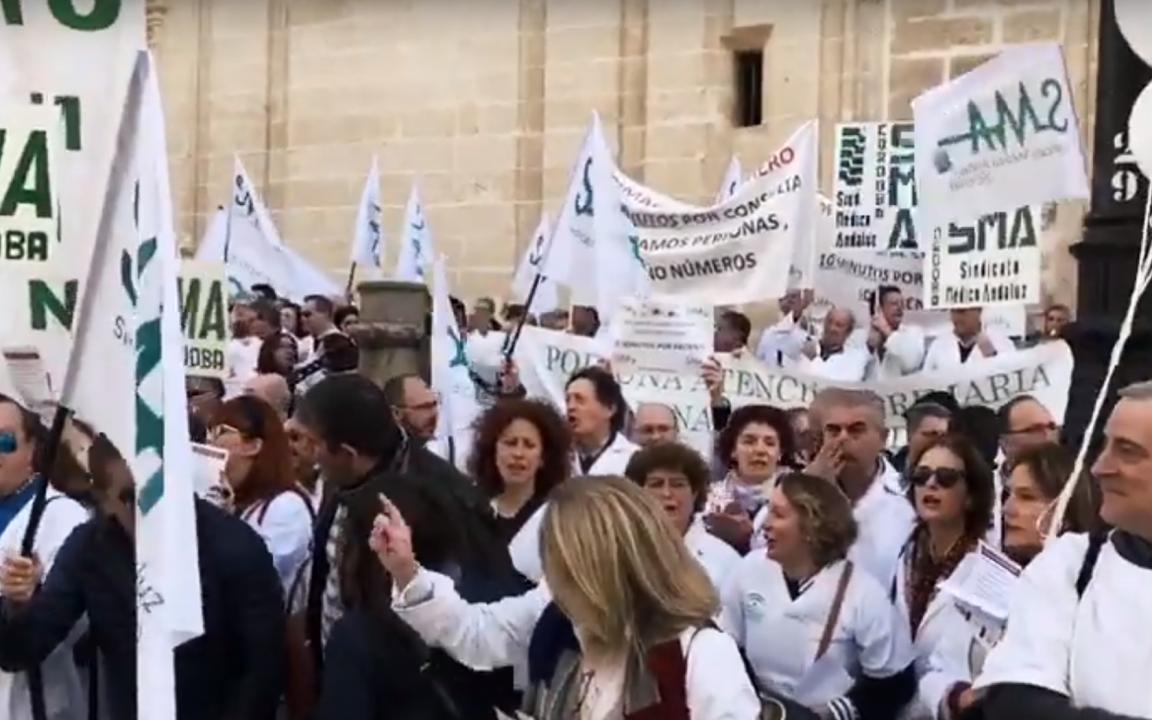 Médicos manifestándose frente a la sede del SAS de la Junta. Fuente: Youtube