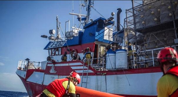 Pesquero español que rescató a 12 personas