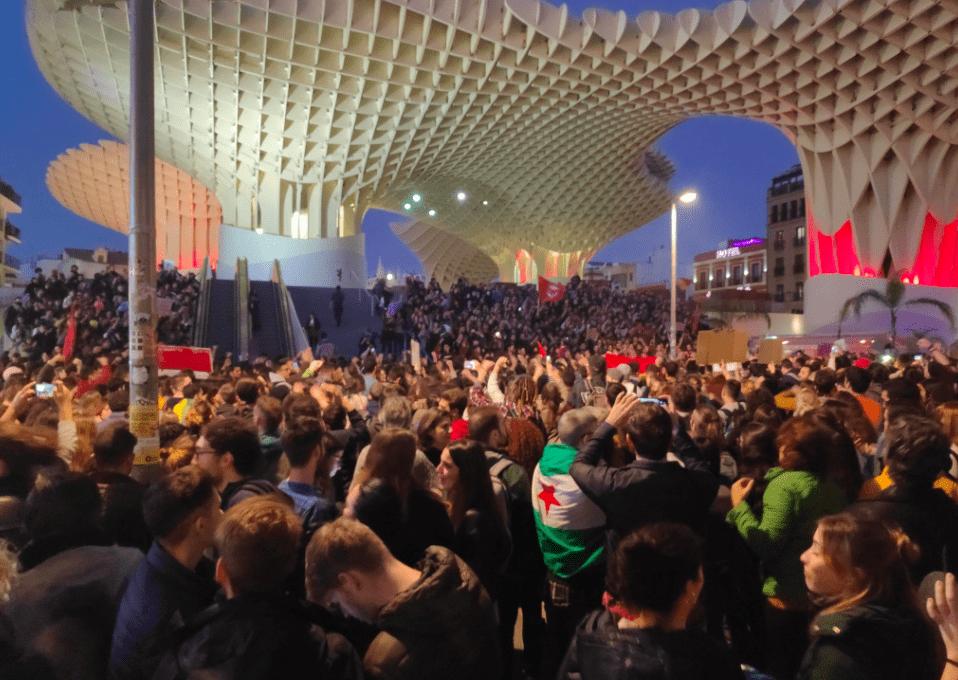 Concentración antifascista en Las Setas de Sevilla