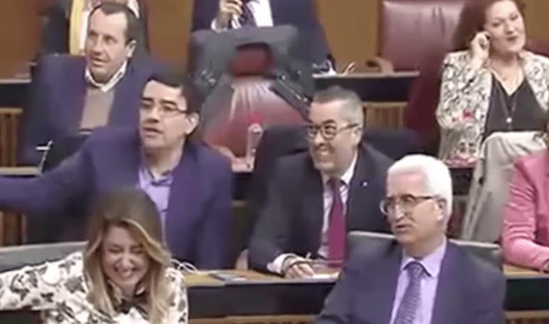 Bancada socialista riéndose
