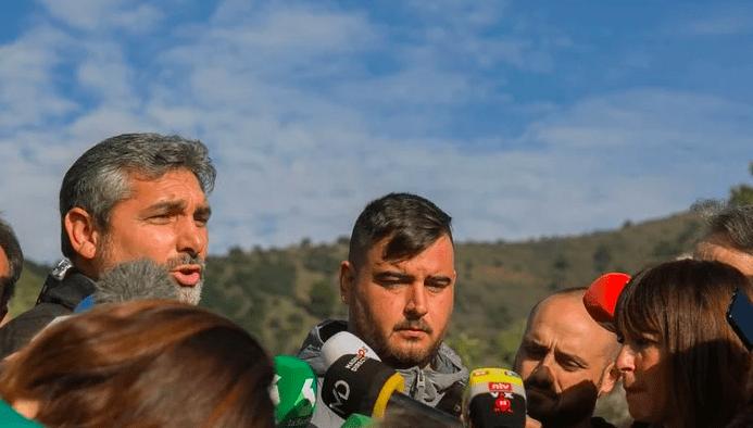 Juan José Cortes junto al padre de Julen hablando con la prensa en Totalán