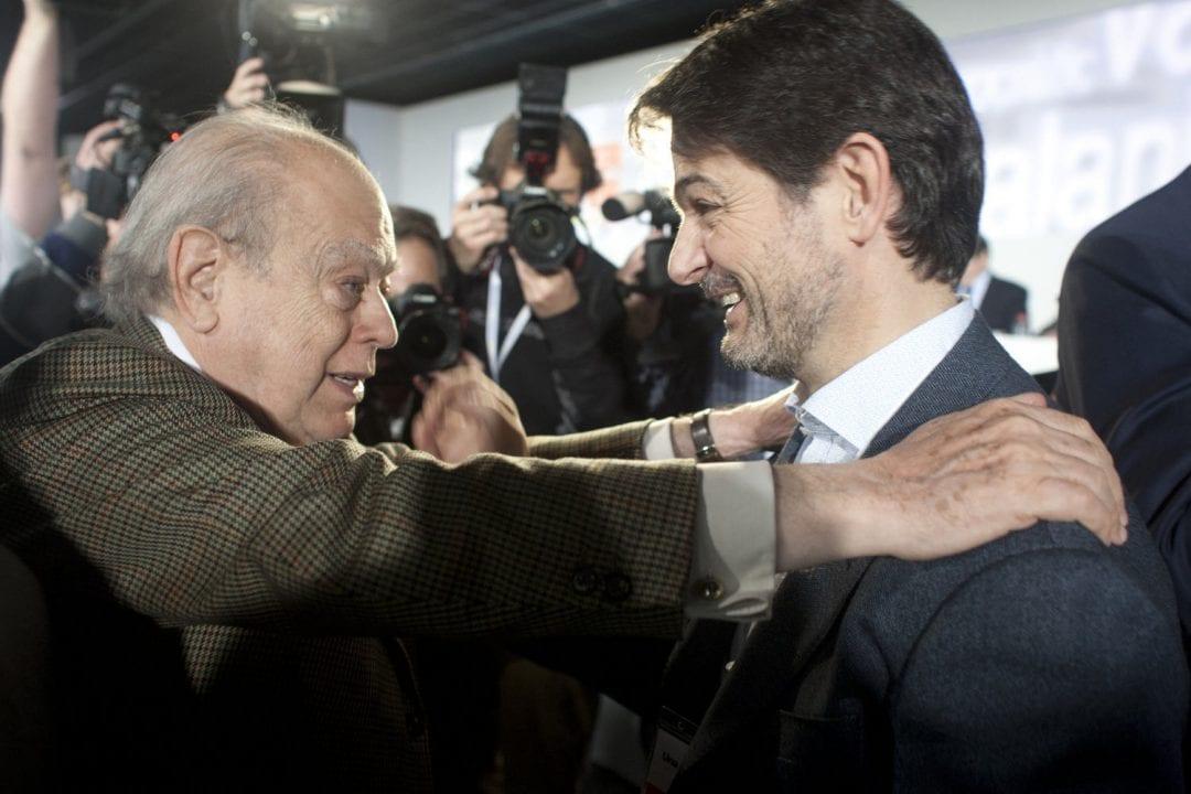 El patriarca del clan, Jordi Pujol, abraza orgulloso a su hijo Oriol Pujol