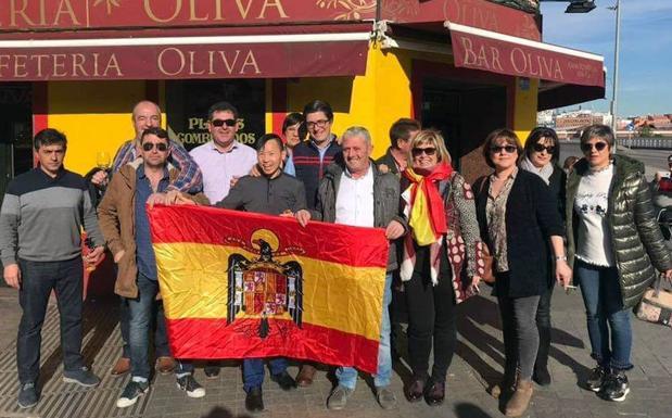 Alcaldesa del PP con bandera del pollo