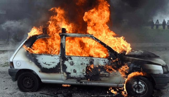 Coche ardiendo (imagen ilustrativa)