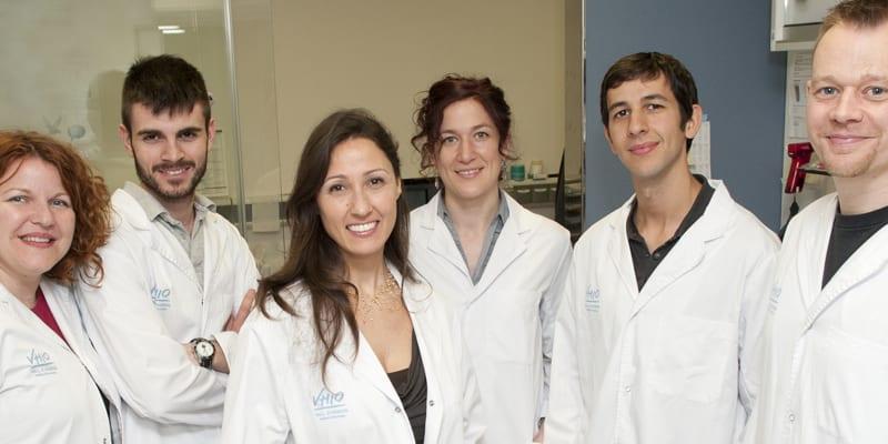 Laura Soucek, (tercera por la izquierda) y su equipo
