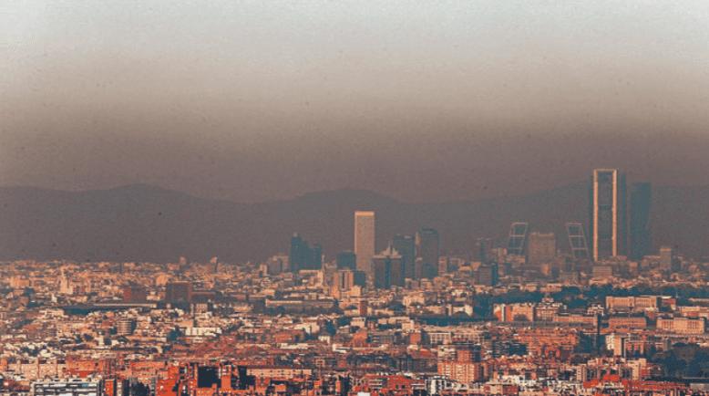 Madrid bajo la contaminación causada por los atascos que defiende el PP