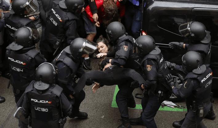 Intervención policial durante la consulta ilegal del 1-O