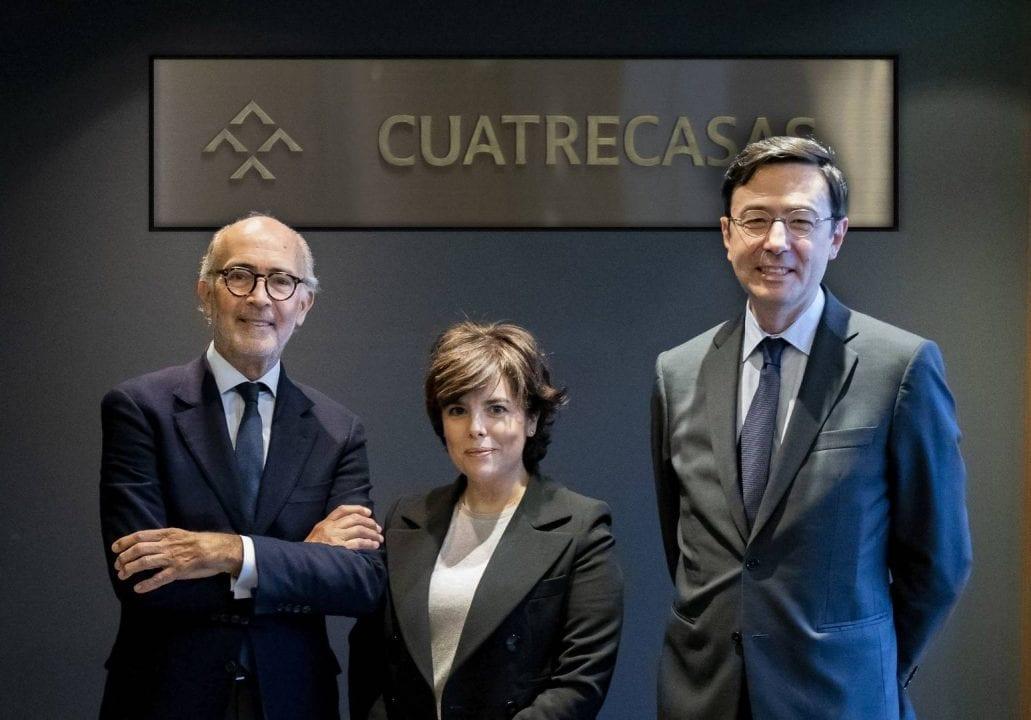 Soraya Sáenz de Santamaría con sus nuevos jefes de Cuatrecasas