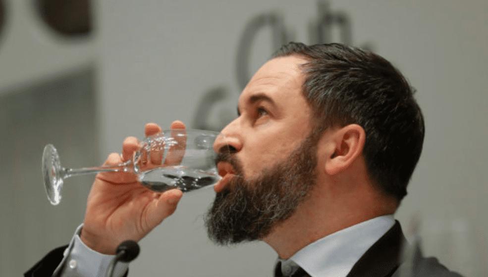 Santiago Abascal, líder de Vox, bebiendo agua