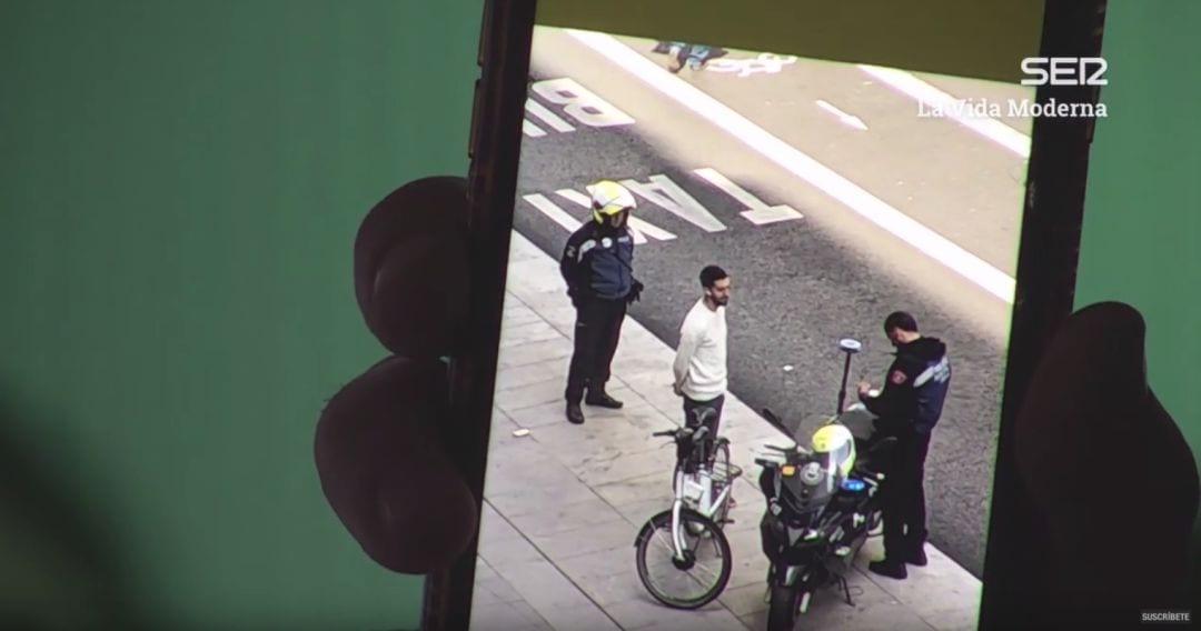 David Broncano siendo multado en Madrid Central. Fuente: Youtube