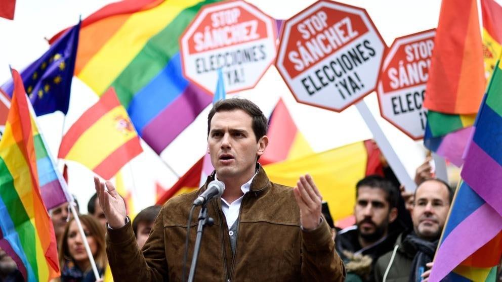 Rivera rodeado de banderas LGTBI tras estar en Colón con VOX