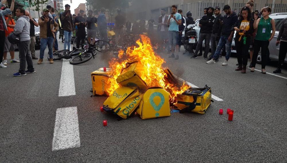 Repartidores de Glovo protestando por la muerte de un compañero