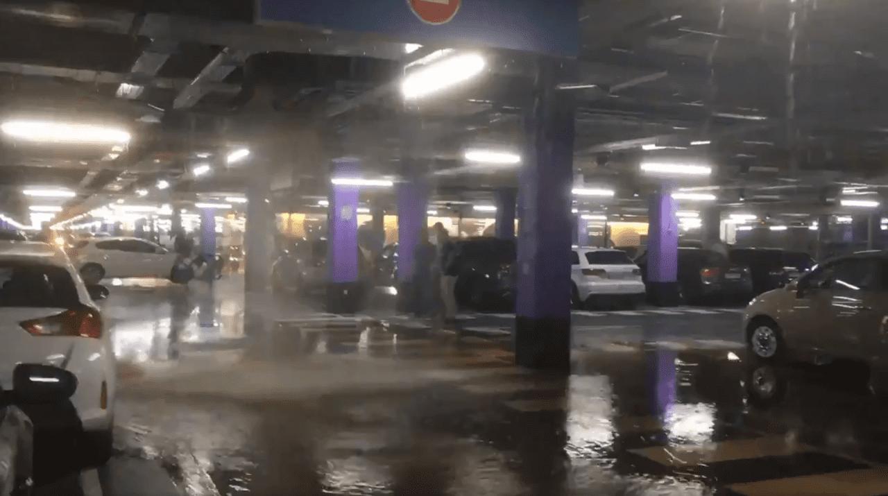 El aparcamiento de Lagoh parcialmente inundado - Fuente: redes sociales