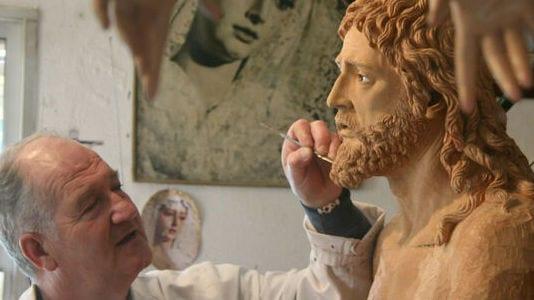 Luis Álvarez Duarte tallando una de sus imágenes