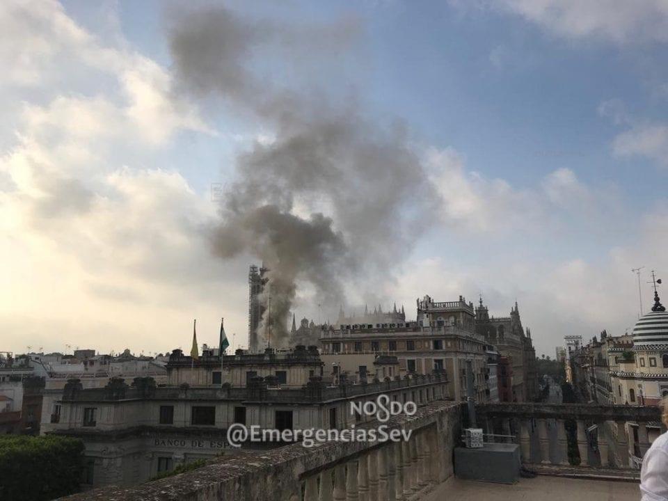 Un incendio en el centro de Sevilla provoca importantes desvíos de tráfico
