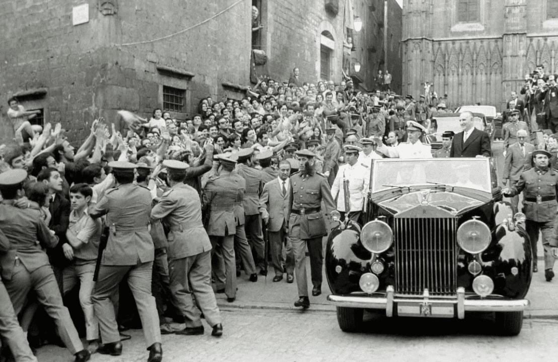 Franco aclamado por el noble pueblo catalán durante una visita a Barcelona