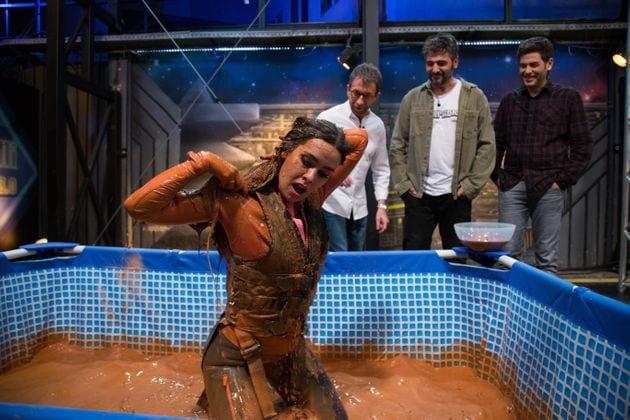 Cristina Pedroche en una piscina de barro en el programa de Pablo Motos 'El Hormiguero'.