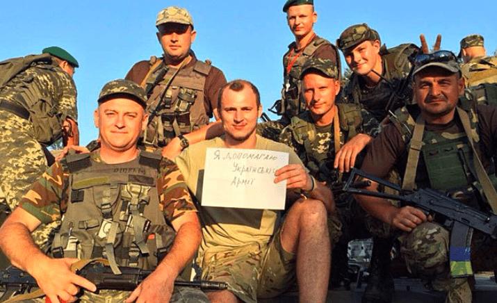 Roman Zozulya con unos amigos (Nazis) en 2015