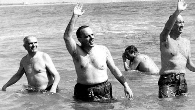 Fraga bañándose en una playa.