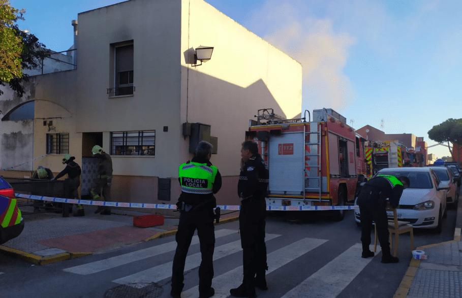 Policía Local de Castilleja de la Cuesta y Bomberos trabajando en el lugar de los hechos - Digital Sevilla