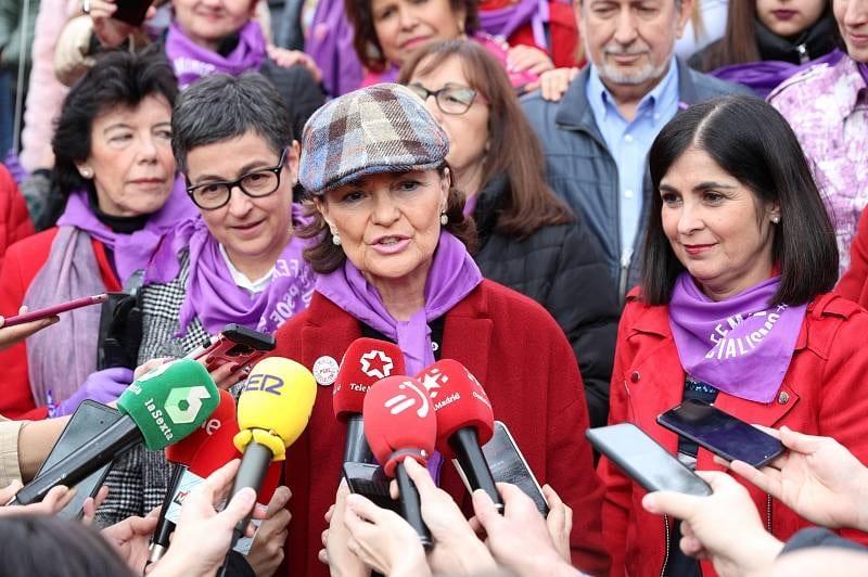 Carolina Darias, a la derecha, junto a la vicepresidenta Carmen Calvo en la manifestación del 8M