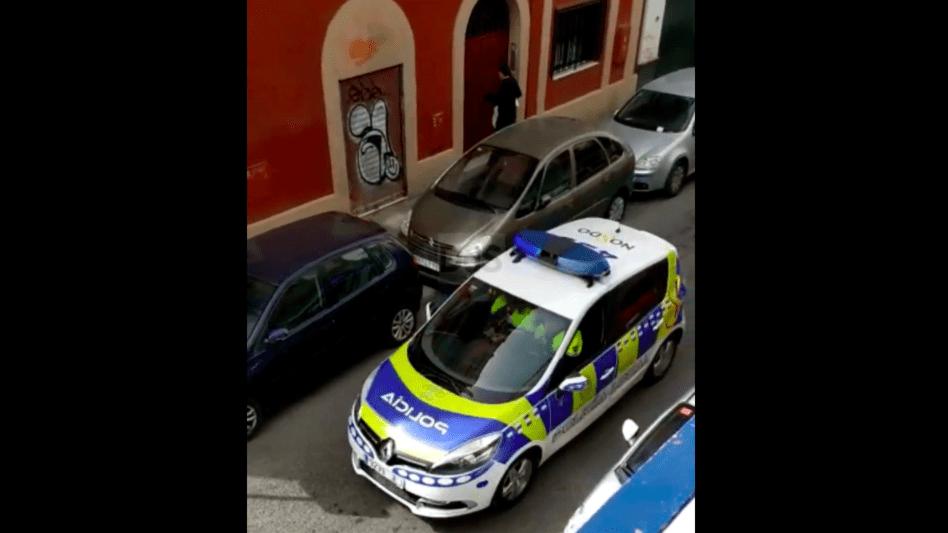 Coche de la Policía Local de Sevilla patrullando con marchas de Semana Santa