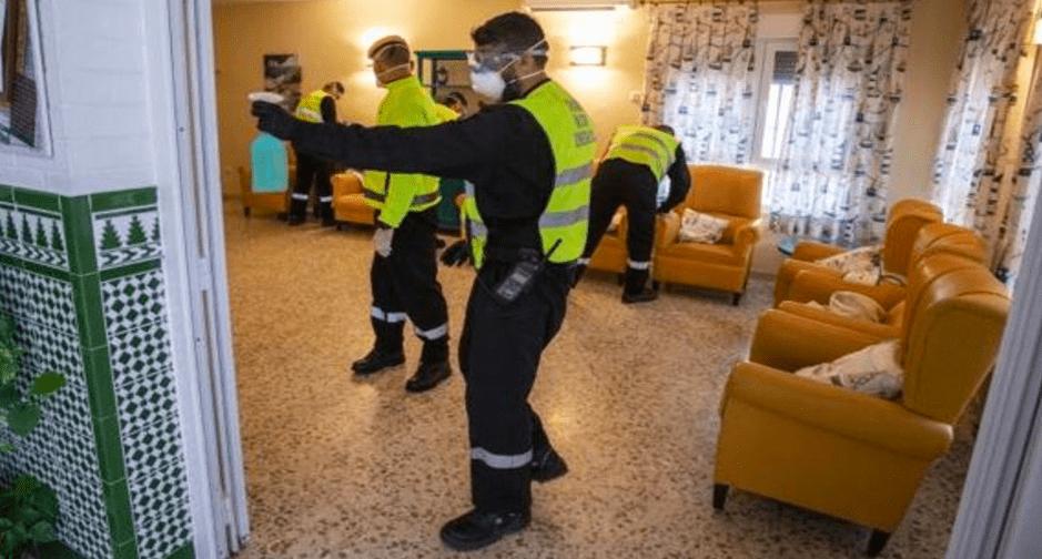 La Unidad Militar de Emergencias trabajando en una residencia