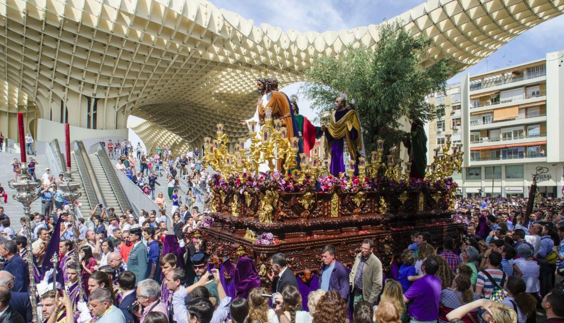 Un paso de Semana Santa por la céntrica plaza de la Encarnación de Sevilla