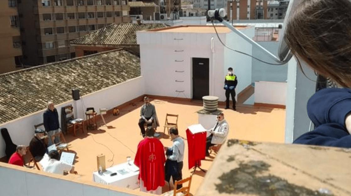 La Policía disuelve una misa en la azotea de una iglesia en Triana