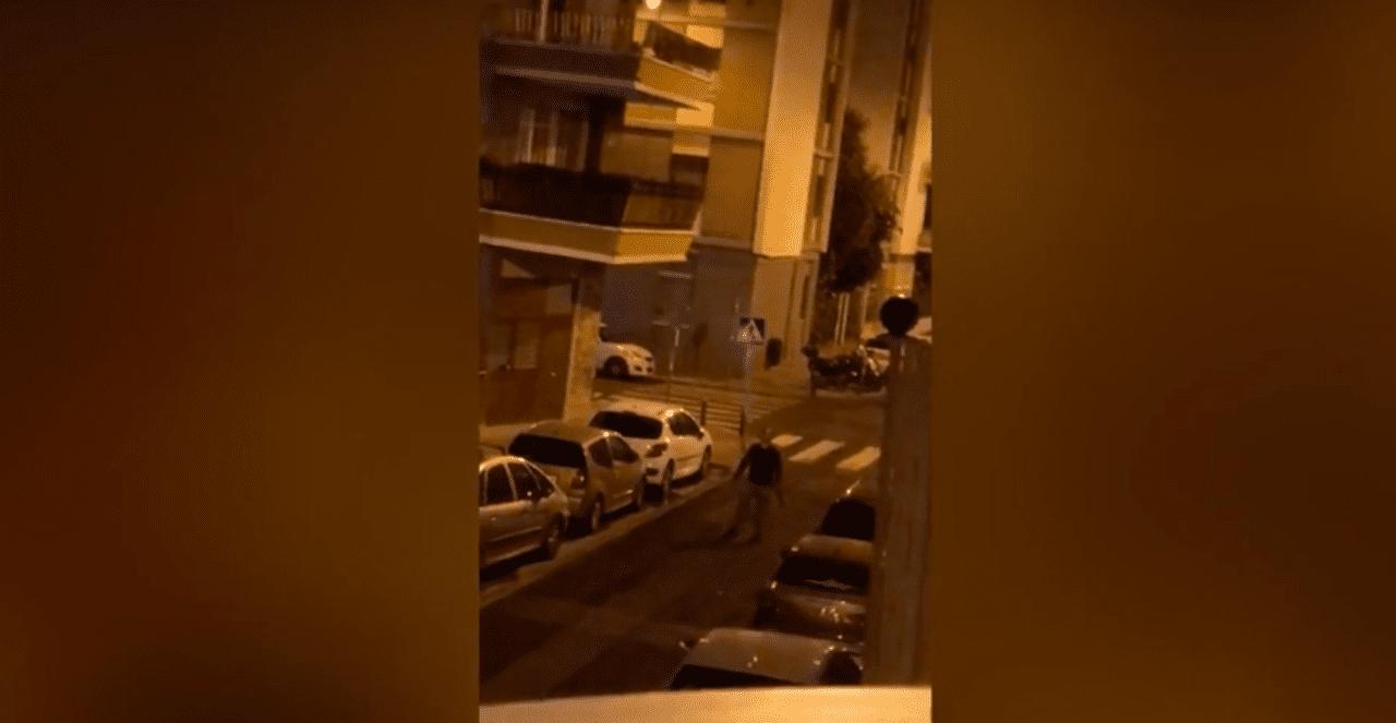 Vecino de Los Remedios amenazando en la calle a los que celebraban la Feria de Sevilla en sus balcones
