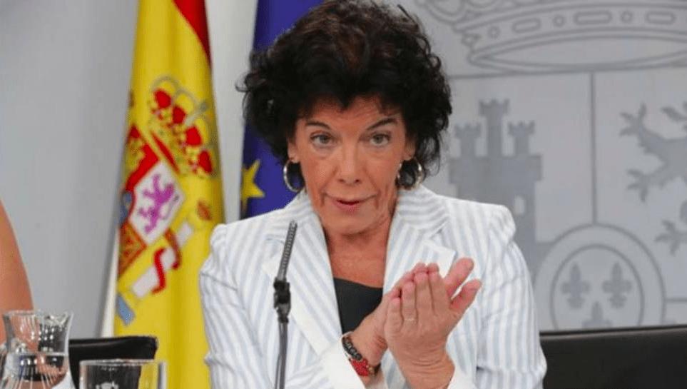 La ministra de Educación, Isabel Celaá, tocando palmas