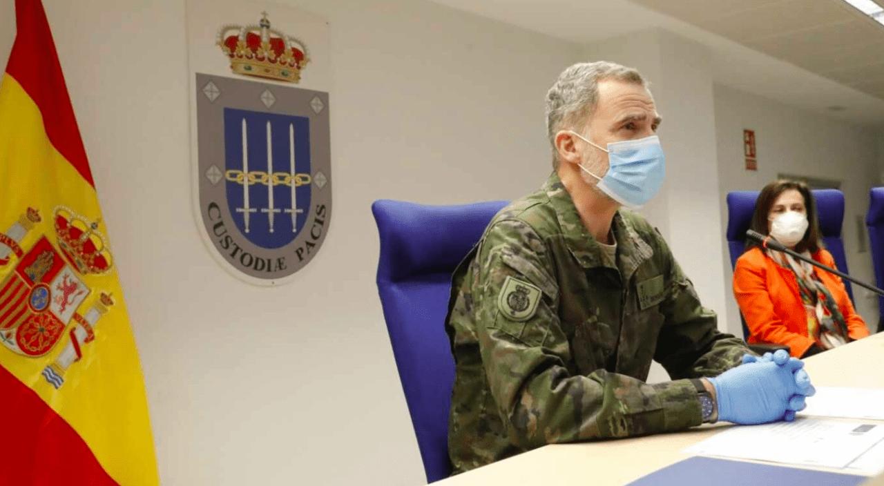 El Rey y la ministra de Defensa con mascarillas el pasado 3 de abril