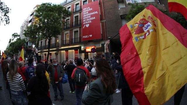 Manifestantes frente a la sede del PSOE en Ferraz.