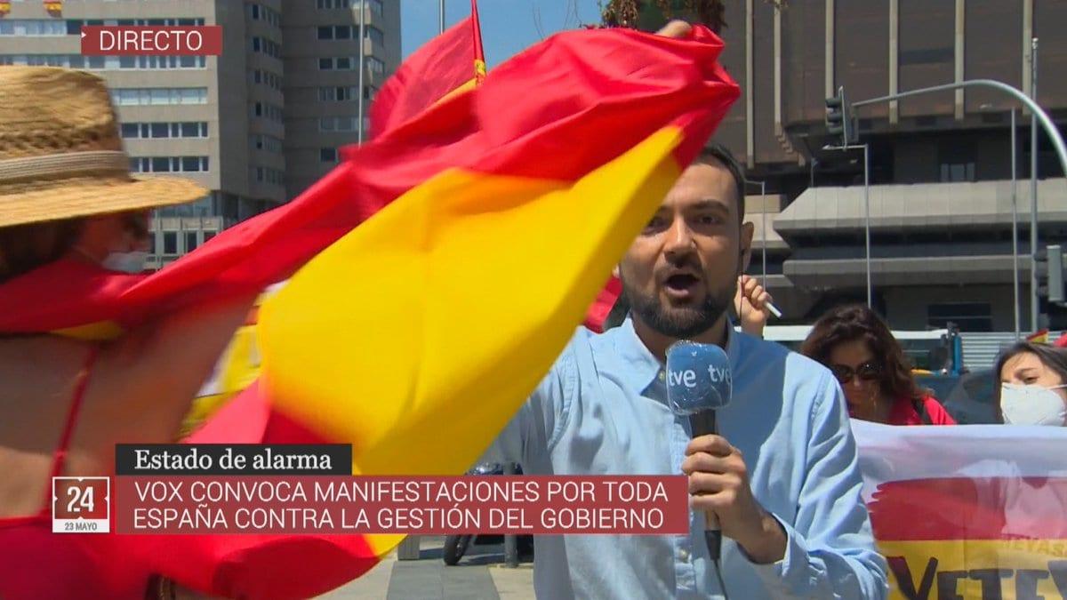 Manfestantes acosando a reportero de TVE.