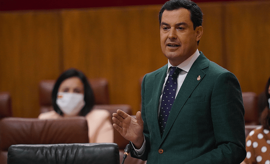 El presidente de la Junta de Andalucía, Juanma Moreno, interpelando a la líder de la oposición, Susana Díaz