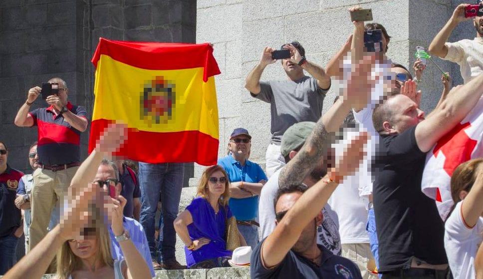 Un grupo de ultras luciendo la bandera franquista y haciendo gestos que serán ilegales con la llegada de la nueva Ley que prepara el Gobierno