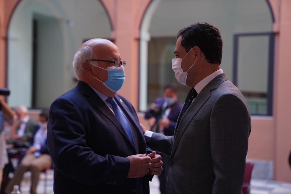 Juanma Moreno y Jesús Aguirre, ambos con mascarilla.