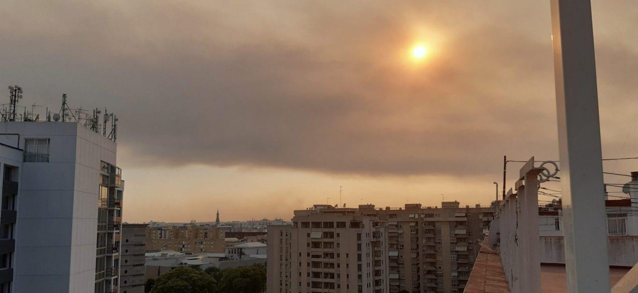 El cielo de Sevilla cubierto de humo - fuente: Twitter @alfonsismo9