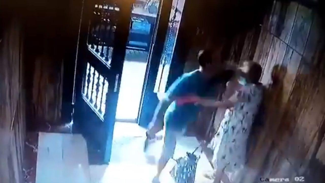Ladrón propinando un codazo a una anciana en Valencia