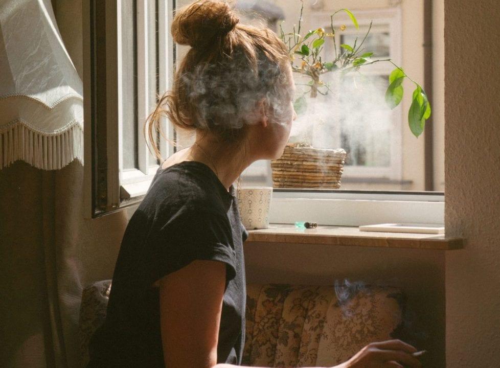 Fumar en  la ventana de tu casa todavía está permitido.