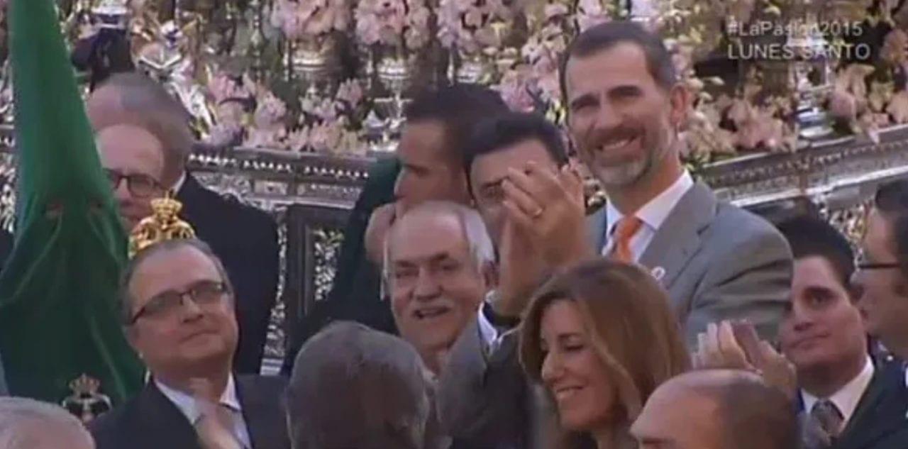 El Rey aplaudiendo tras escuchar una saeta durante la Semana Santa de Sevilla